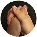 左手の親指が下